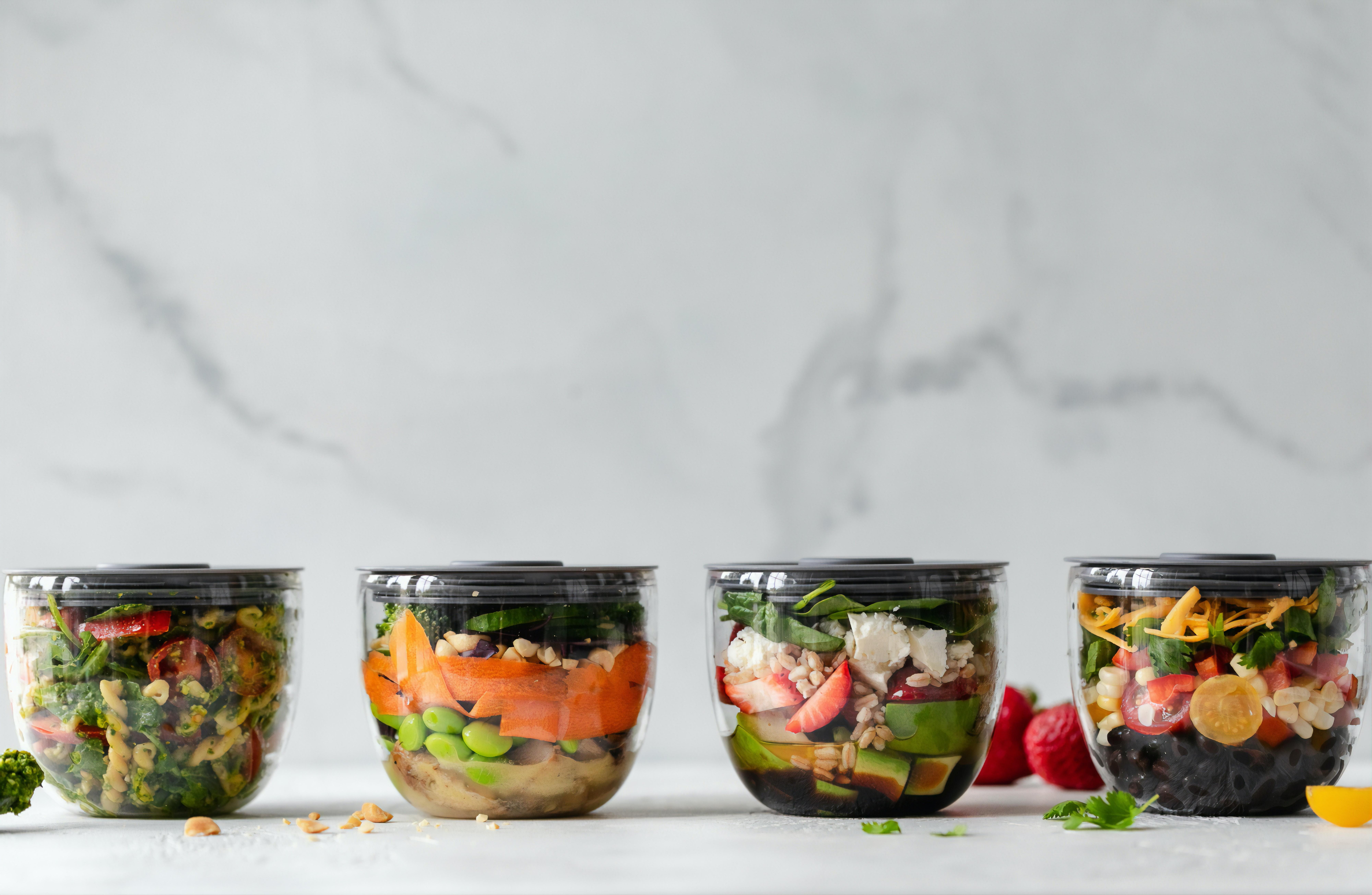 Variedad de verduras y frutas verdes o amarillas sobre una superficie plana