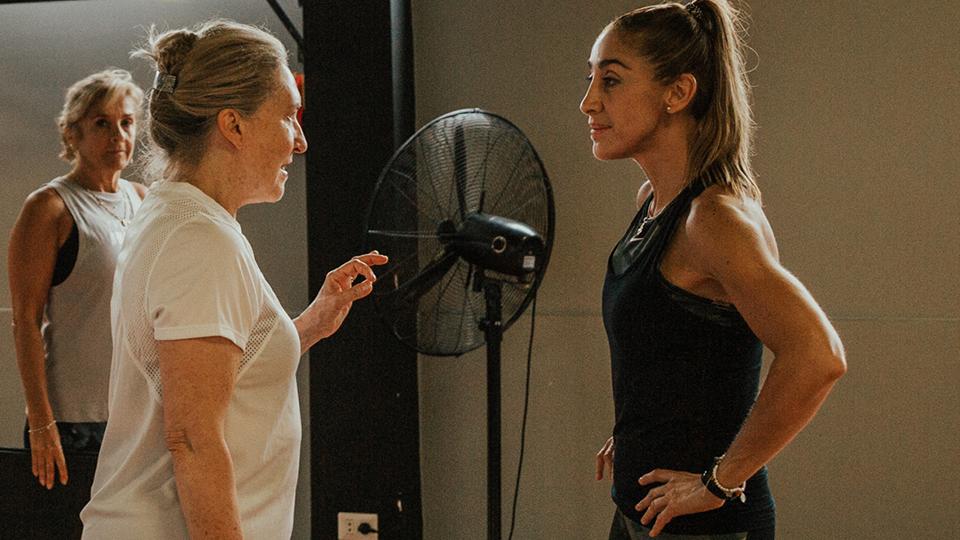 Dos mujeres hablan con ropa de deporte