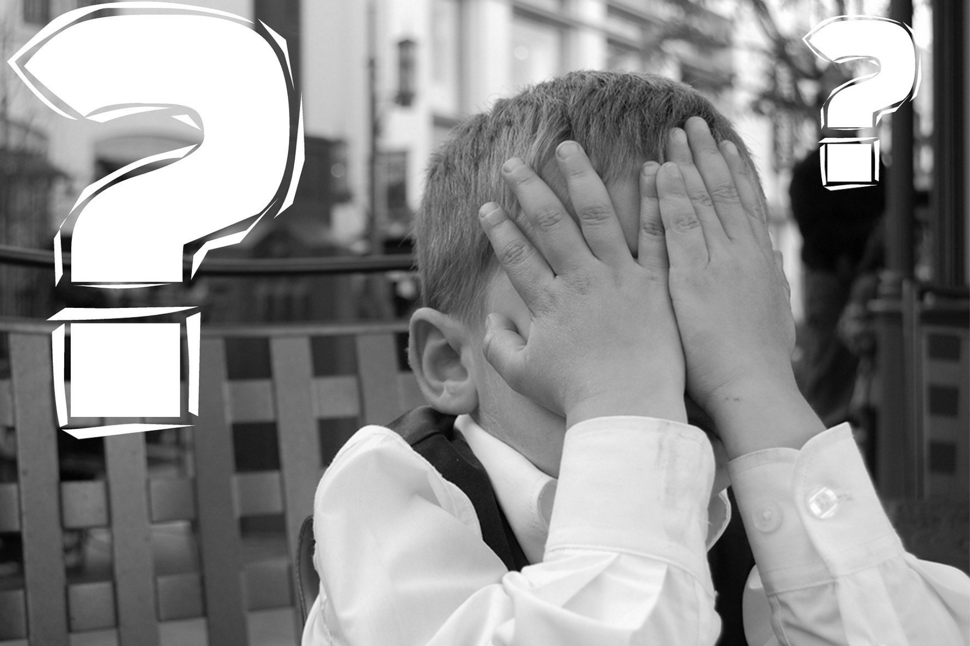Junge mit Fragezeichen