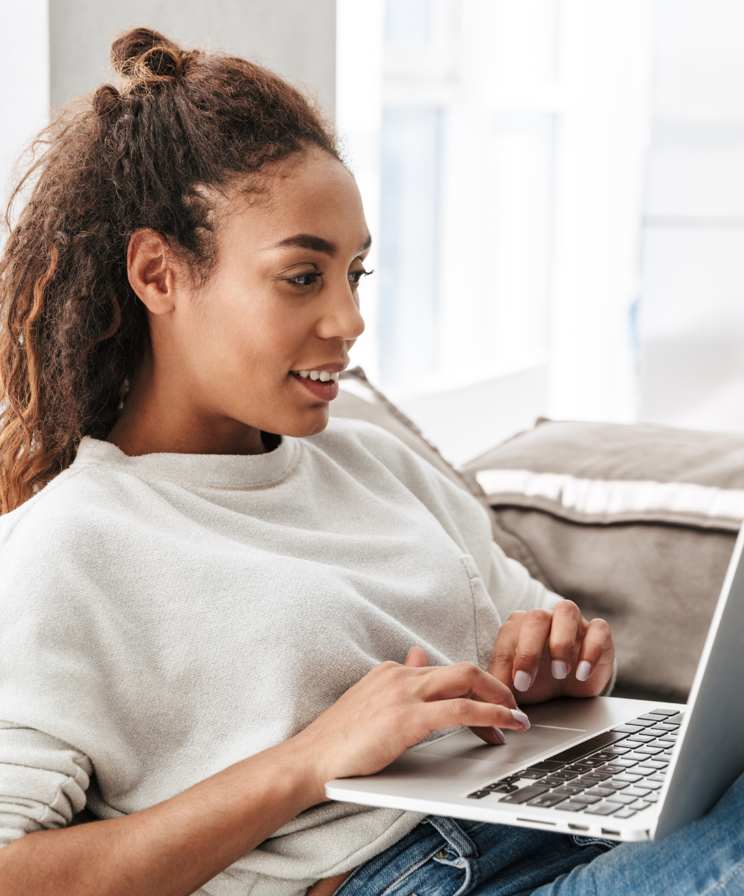 woman on laptop taking a blogging affiliate income course