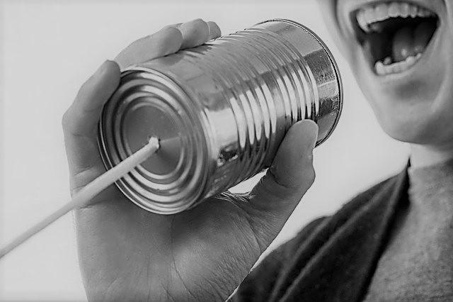 Frau ruft in Dosentelefon