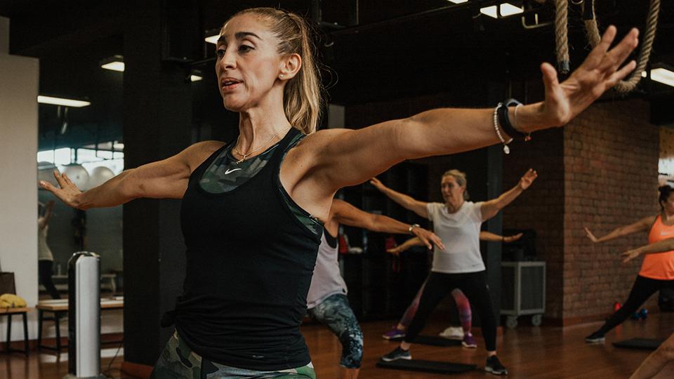 Mujer practica yoga en una postura de equilibrio