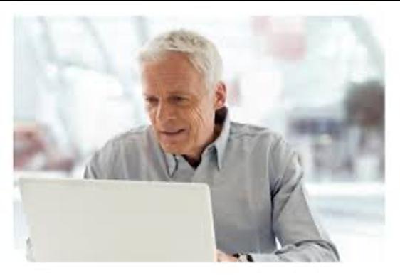 Adulto usando una computadora