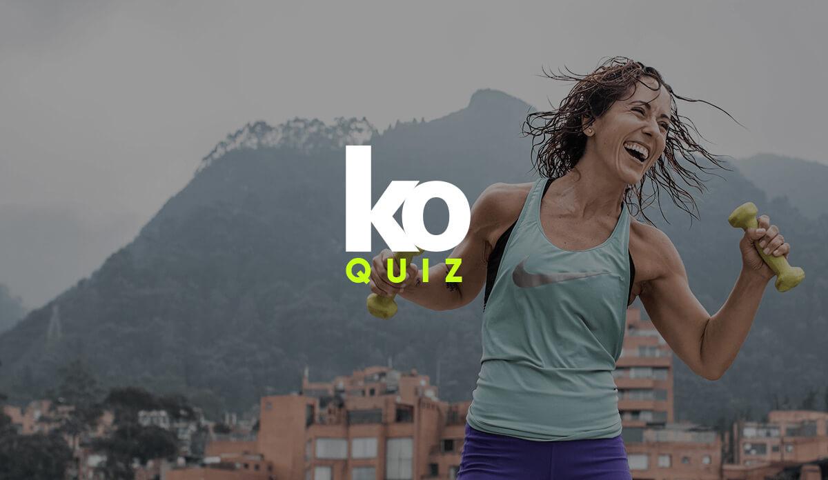 """La frase """"KO Quiz"""" sobre una mujer sonriente con dos mancuernas en la mano mientras practica deporte"""