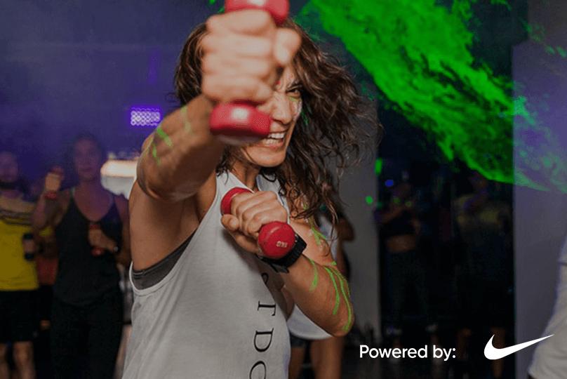 Mujer con un polo de Nike entrena un deporte con técnica de boxeo