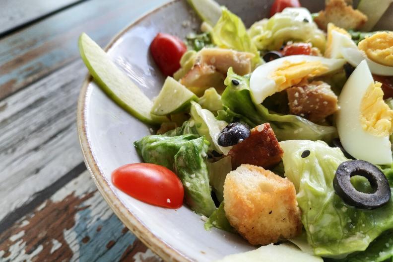 plato de ensalada con vegetales varios