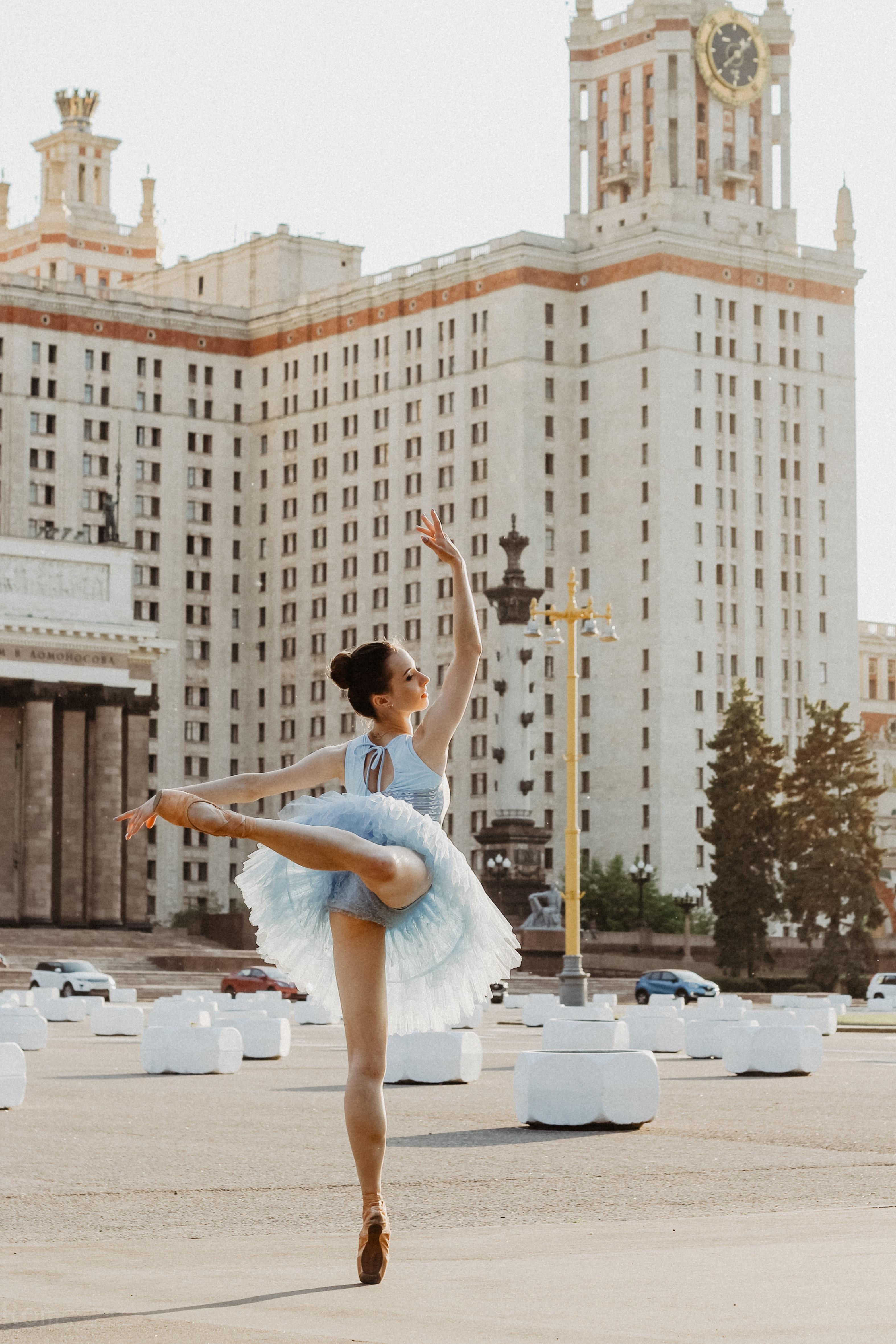 Dancer en pointe in front of a large building