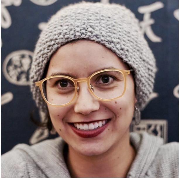 Mujer sonriendo con gafas y gorro