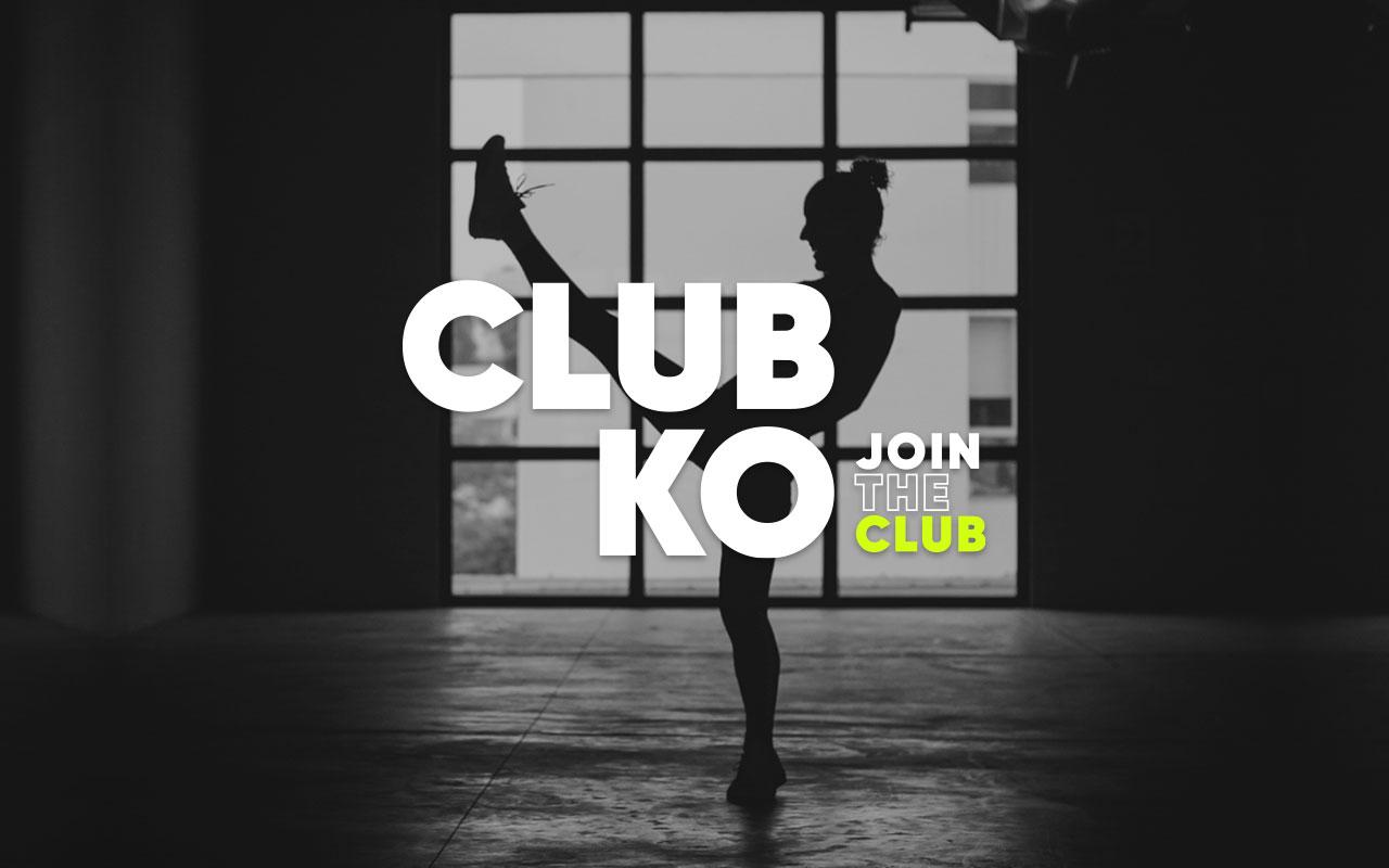 """La frase """"Club KO"""" sobre una mujer feliz realiza una patada y practica artes marciales"""
