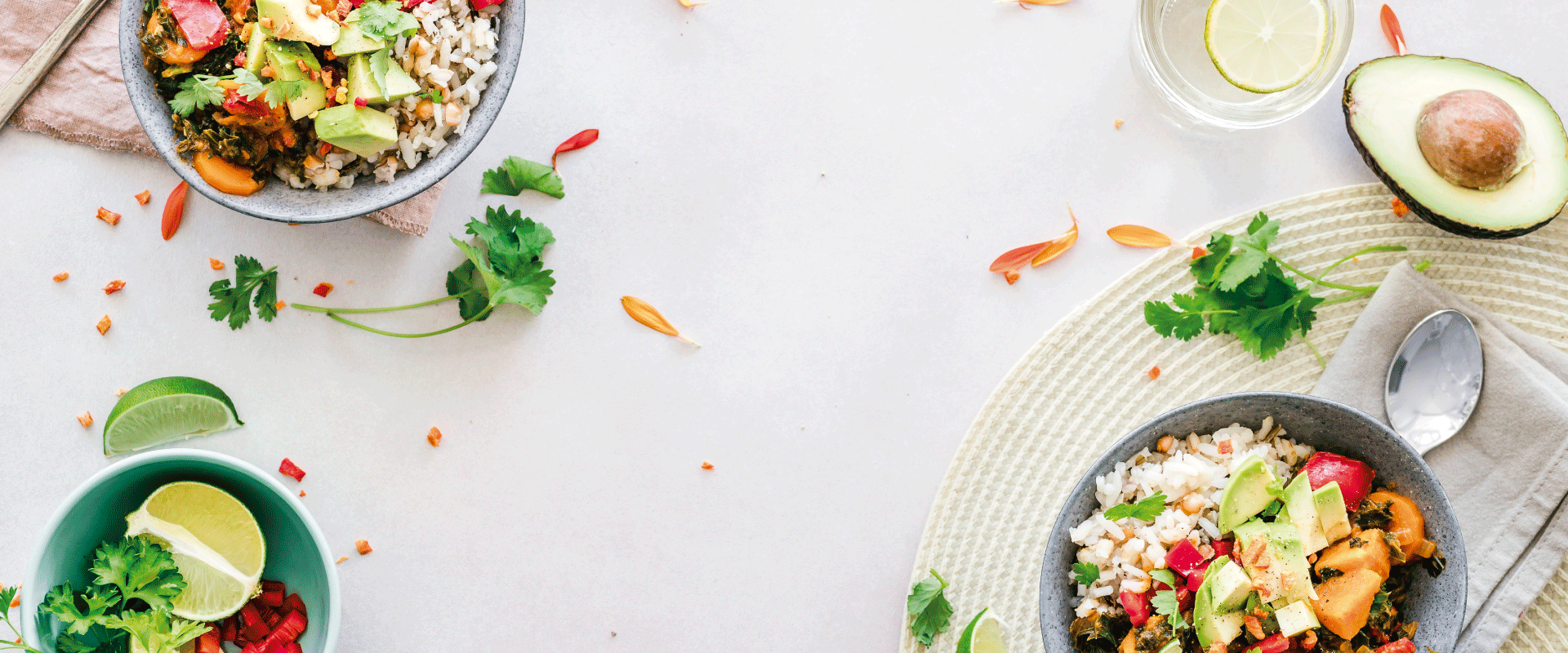 Bowls de comida saludable sobre una mesa blanca.