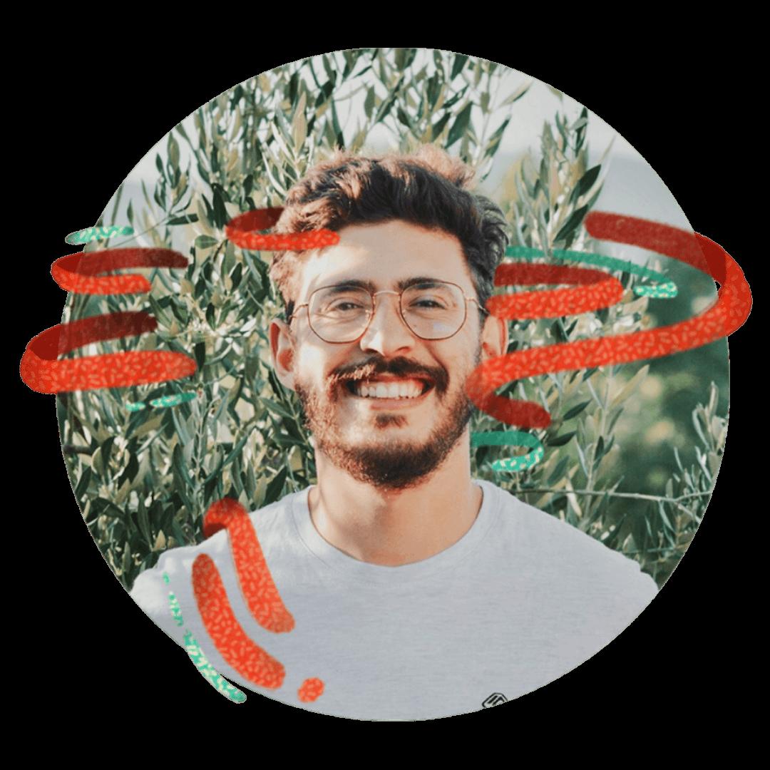 homme barbu lunette souriant avec fond nature