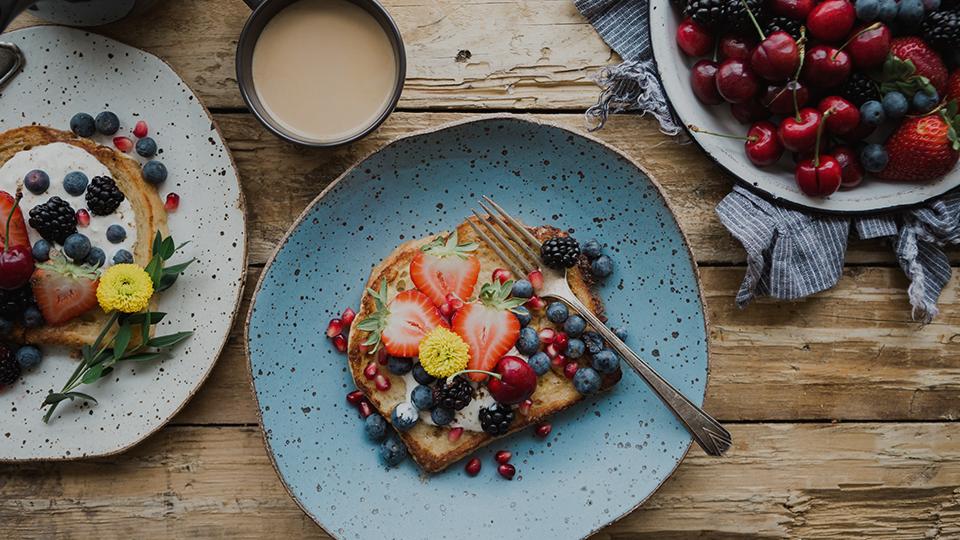 Pan saludable con muchas frutas sobre una mesa de madera