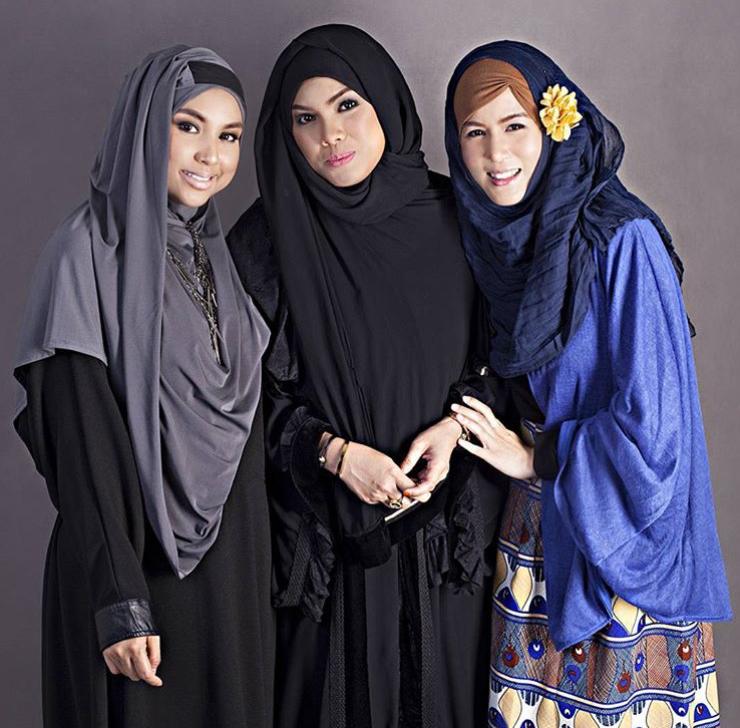 Photo of Aliza Kim (far right) with Mizz Nina (far left) and Fara Othman (center), founder of IntoTaqwa Malaysia.