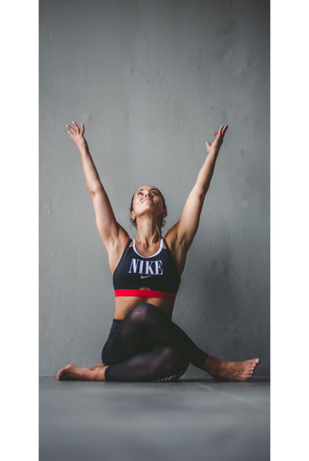 Mujer con top de Nike practica yoga y meditación.