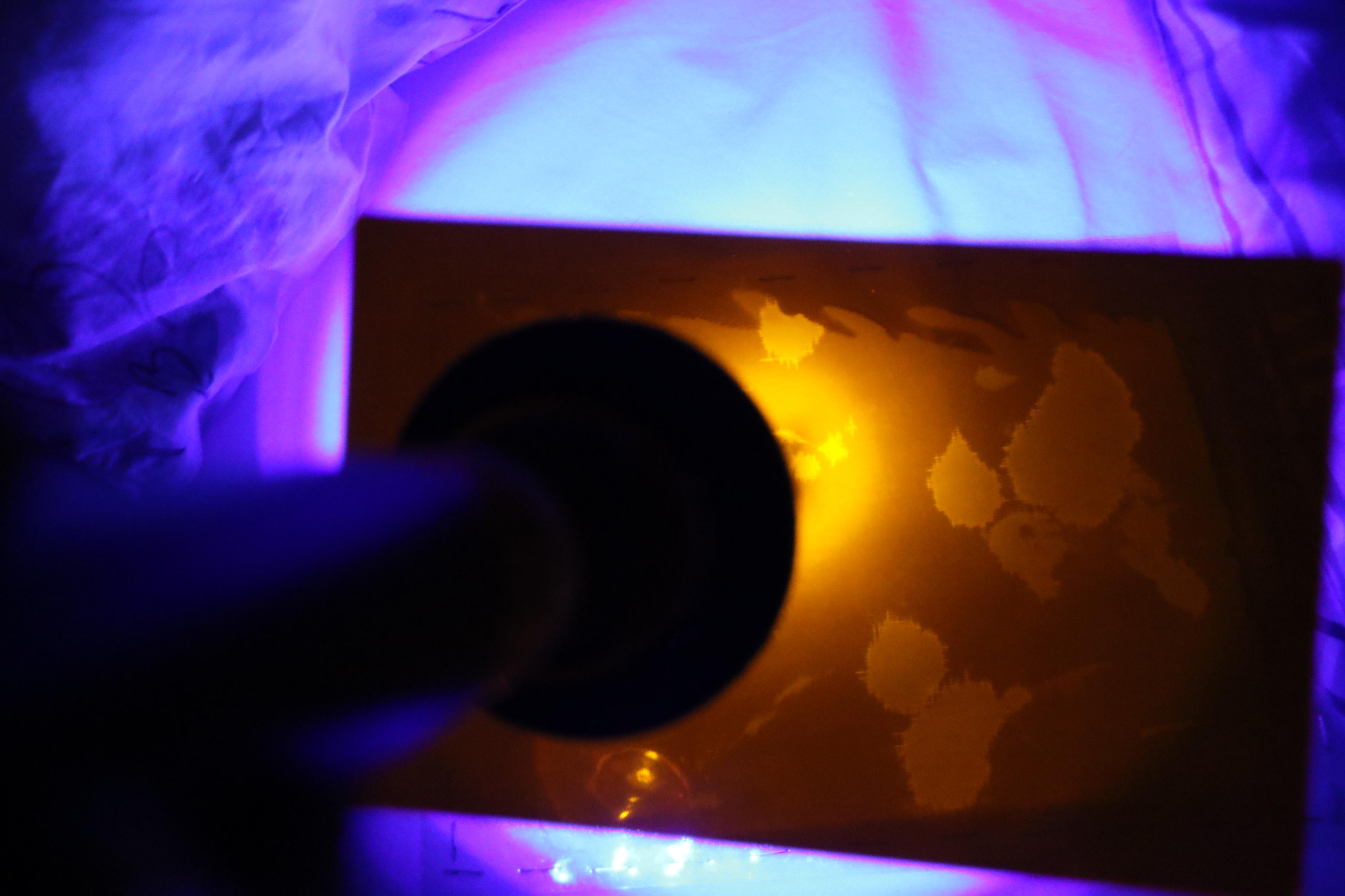 lampe révèle des traces