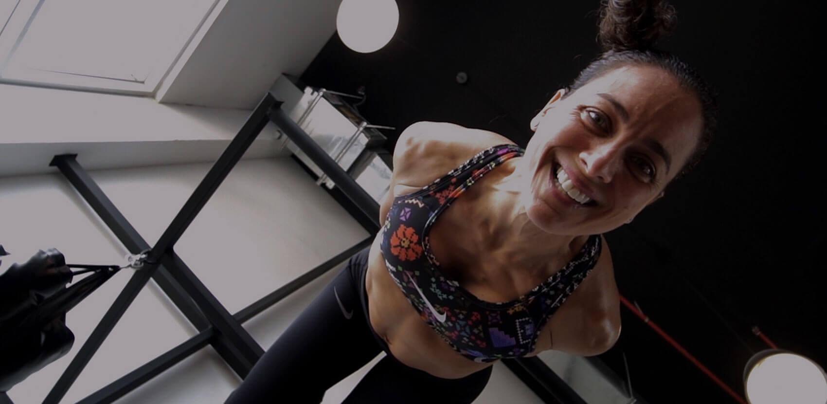 Mujer sonriente realizando entrenamiento funcional.