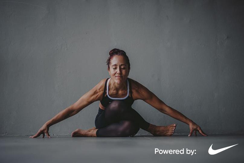Ale Llosa de KO Urban Detox Center practica yoga, respiración y meditación, con un rostro calmado y en paz