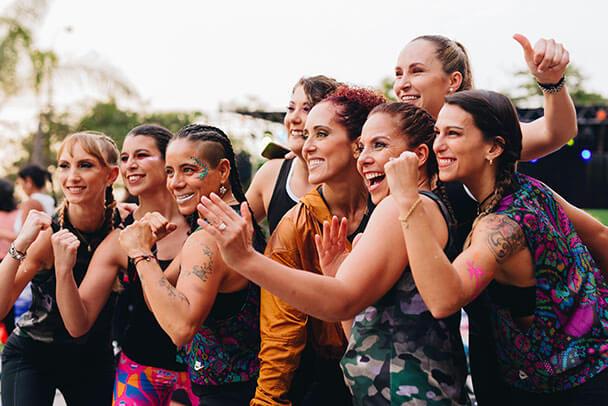 Mujeres sonríen para una foto con una actitud de fuerza