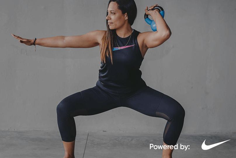 Mujer agarra un kettlebell y practica entrenamiento funcional en una postura de alineación del cuerpo