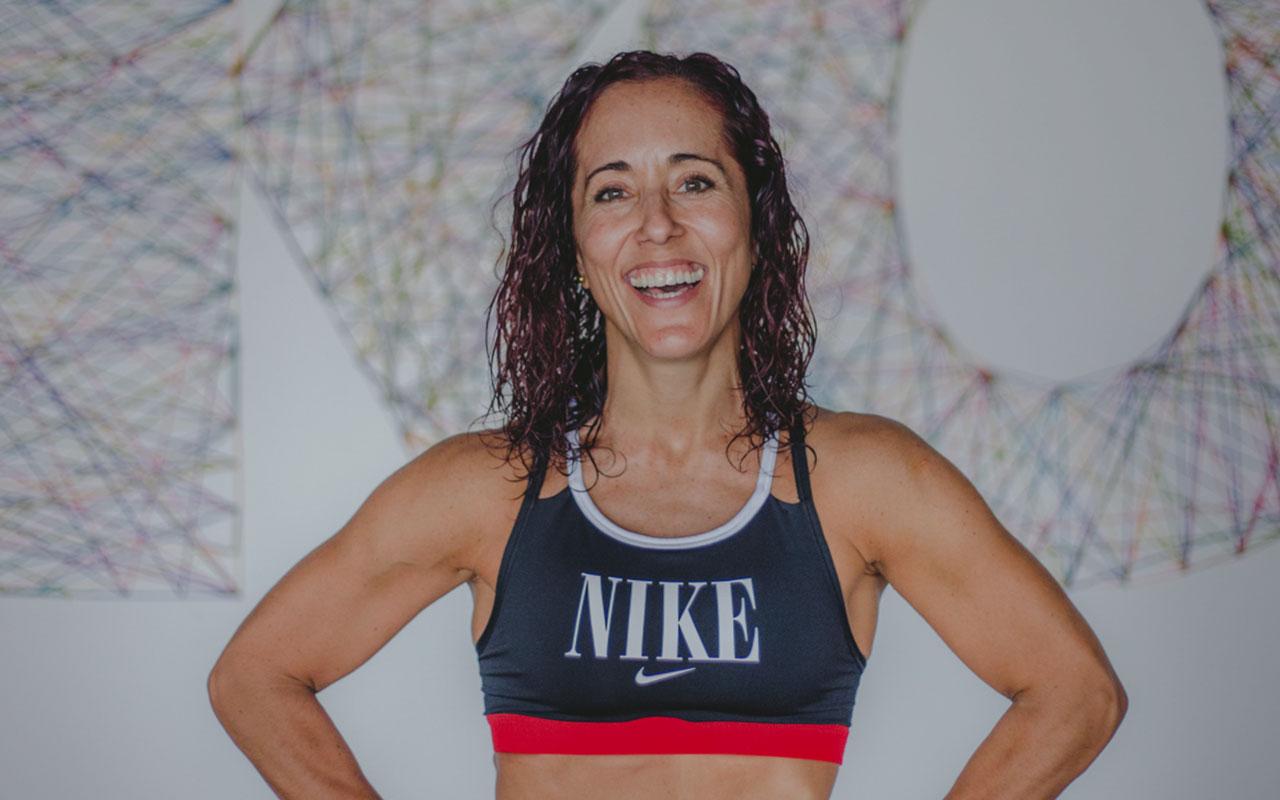 Ale Llosa sonríe con un top de Nike en una postura erguida