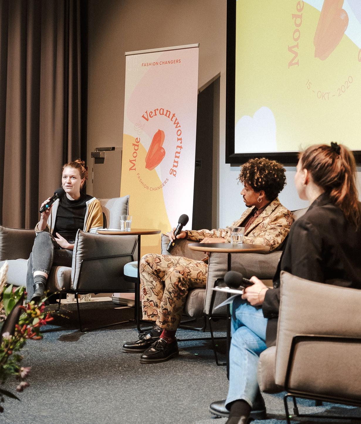 Lia Polotzek, Sydney Nwakanma und Anna Schunck sitzen auf der Fashion Changers Konferenzbühne und diskutieren über Post-Wachstums-Modelle